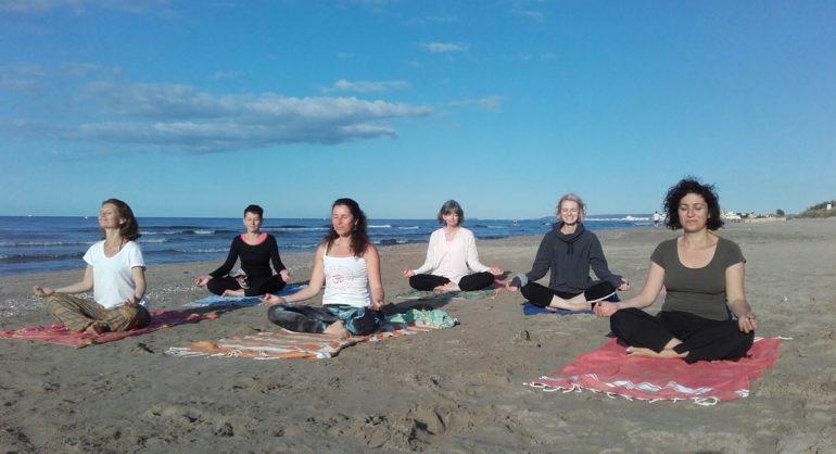 Méditation guidée sur la plage au lever du soleil